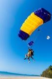 Skydiving tandem landningstrand   Arkivfoton