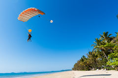 Skydiving tandem landningstrand   Royaltyfri Fotografi
