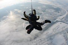 Skydiving tandemowy doskakiwanie od samolotu przeciw tłu ziemia obrazy stock