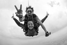 Skydiving tandemowy szczęście czarny i biały fotografia stock