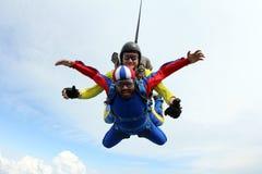 skydiving Tandemt hopp Instrukt?r och indisk passagerare royaltyfria foton