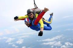 skydiving Tandemt hopp Instrukt?r och indisk passagerare royaltyfri bild