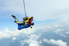 skydiving Tandemt hopp Instrukt?r och indisk passagerare arkivfoton