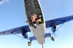 skydiving Tandemt hopp Mannen och den unga kvinnan faller i himlen tillsammans arkivfoto