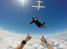 Skydiving tandemu chmury dzień obraz royalty free