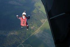 skydiving Um skydiver é saltar de um plano imagem de stock royalty free
