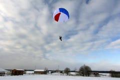 skydiving Un paracadute di colore del cerchio sta atterrando fotografia stock libera da diritti