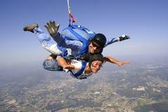 Skydivingsvader en zoon achter elkaar Stock Foto's