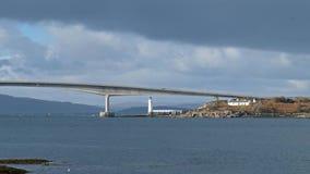 Skye Bridge - isla de Skye, Escocia almacen de metraje de vídeo