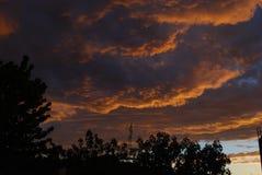 Skyen är begränsa Arkivfoto