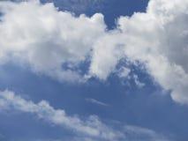 Skyen är blått Arkivfoton