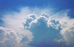 Skyen med den enorma cumulusen Royaltyfri Fotografi