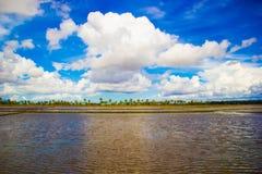 Skyen och bevattnar Fotografering för Bildbyråer