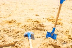 Skyffel för två blått på sjösand royaltyfri bild