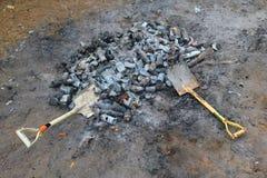 Skyffel och brända cans och glasflaskor Arkivbilder