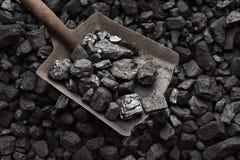 Skyffel och kol arkivbild