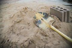 Skyffel på sanden Arkivbild