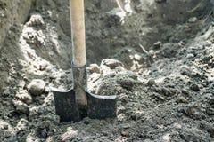 Skyffel som ska grävas på lantgården arkivbilder