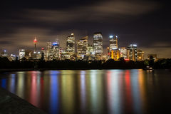 Skyine de Sydney en la noche foto de archivo libre de regalías