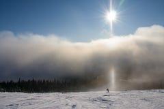 Skying in de bewolkte mist Stock Foto's
