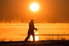 Skying in der rohen Sonne stockfoto