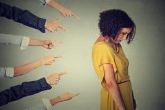 Skyldig person för beskyllning Ledsen uppriven kvinna som ser ner många fingrar som tillbaka pekar på henne Royaltyfri Fotografi