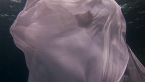 Skyler den fria dykaren för den undervattens- modellunga flickan i vitt genomskinligt i Röda havet stock video