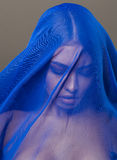 Skyler den unga islamiska kvinnan för skönhet under, blå hijab på framsidaslut upp, konst Arkivfoto