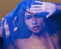 Skyler den unga islamiska kvinnan för skönhet under, blå hijab på framsidaslut upp, konstterrorism Royaltyfri Foto