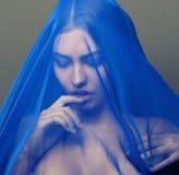 Skyler den unga islamiska kvinnan för skönhet under, hijab på Royaltyfria Bilder