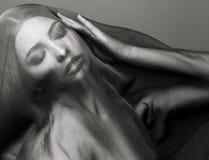 Skyler den unga islamiska kvinnan för skönhet under, hijab på Fotografering för Bildbyråer