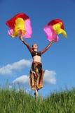 Skyler slitage dräktdanser för kvinna med ventilatorer Fotografering för Bildbyråer