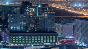 Skyline aérea do centro de cidade de Abu Dhabi de cima do timelapse da noite video estoque