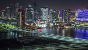 Skyline aérea do centro de cidade de Abu Dhabi de cima do timelapse da noite vídeos de arquivo