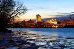 Skyline Albaniens NY an den Nachtreflexionen weg von Hudson River Lizenzfreies Stockfoto