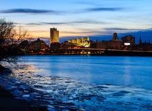 Skyline Albaniens NY an den Nachtreflexionen weg von Hudson River Lizenzfreie Stockbilder