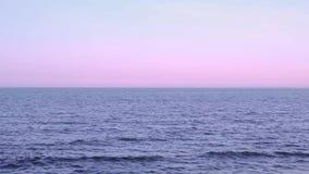 Skyline auf dem Ozean bei Sonnenuntergang stock footage