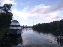 Skyline & barco imagens de stock