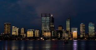 Skyline bis zum Nacht Stockfotos