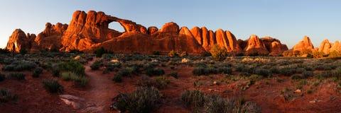 Skyline-Bogen am Sonnenuntergang - genähtes panrama Stockfotos