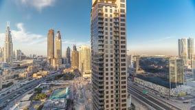 Skyline bonita da baixa de Dubai e da baía do negócio com arquitetura moderna durante o por do sol vídeos de arquivo