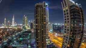 Skyline bonita da baixa de Dubai e da baía do negócio com timelapse moderno da noite da arquitetura filme