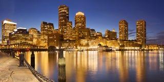 Skyline Bostons, Massachusetts, USA vom Fan-Pier nachts lizenzfreie stockbilder