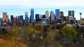 Skyline Calgarys, Kanada am frühen Morgen lizenzfreie stockfotos