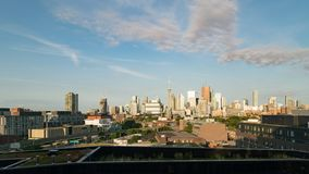 Skyline centrum miasta Toronto w czasie wczesnego porannego wschód słońca w złotej godzinie zbiory wideo