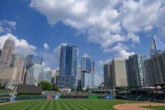Skyline Charlottes NC gesehen vom BB und von t-Stadion Stockbilder