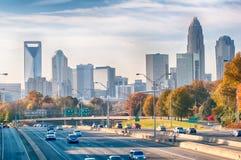 Skyline Charlottes Nord-Carolina während der Herbstsaison bei Sonnenuntergang Lizenzfreie Stockfotos