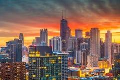 Skyline Chicagos, Illinois, USA an der Dämmerung lizenzfreies stockbild