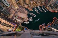 Skyline colorida majestosa do porto de Dubai durante a noite Porto de Dubai, United Arab Emirates imagens de stock royalty free