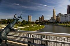 Skyline Columbus, Ohio und Scioto-Fluss-Morgen-Ansicht lizenzfreie stockfotos